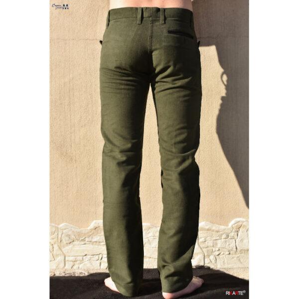 foto da catalogo di uomo ma solo le gambe che indossa un pantalone tipico sardo in fustagno di colore verde