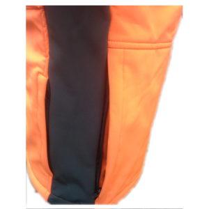 giacca softshell antivento dettaglio laterale e posteriore con zip per accedere al carniere