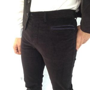 uomo che indossa un pantalone sardo in velluto
