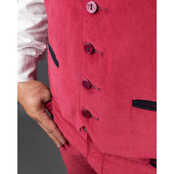 dettaglio di un gilet da uomo di velluto rosso con bottoni in cocco in tinta